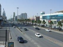 Ljus trafik på konungen Fahad Road Arkivbilder