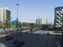 Ljus trafik på konungen Fahad Road Arkivfoton