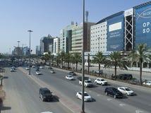 Ljus trafik på konungen Fahad Road Arkivfoto
