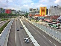 Ljus trafik på vägar - Singapore arkivfoton