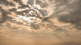 Ljus tryckning till och med moln Arkivfoton