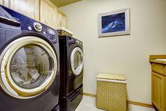 Ljus tvättstuga med purpurfärgade anordningar Royaltyfri Fotografi