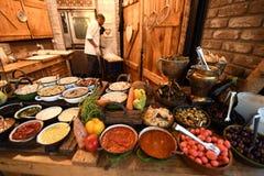 Ljus uppsättning av kryddiga medelhavs- kryddor och smaktillsatser i mång--färgad disk i landsstil royaltyfri bild