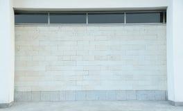 Ljus utomhus- tegelstenvägg Arkivfoton