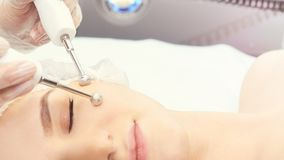 Ljus utrustning för Cosmetology Anti-ålder och skrynkla Microcurrent medicinbehandling kvinna för granskning s för århundrade för royaltyfri foto
