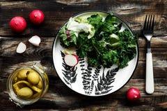 Ljus vårsallad med grönsaker Arkivbild