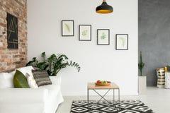Ljus vardagsrum med soffan royaltyfri fotografi