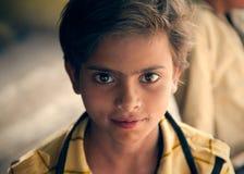 Ljusa ögon av det lyckliga indiska barnet Royaltyfri Bild