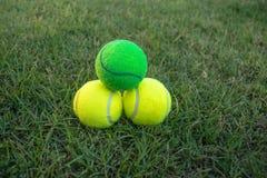 ljusa bakgrundsbollar - grön homogen lay mer en tennis Royaltyfri Foto