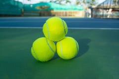 ljusa bakgrundsbollar - grön homogen lay mer en tennis Arkivbild