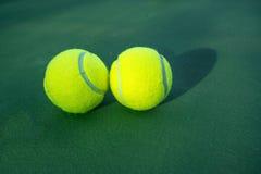 ljusa bakgrundsbollar - grön homogen lay mer en tennis Arkivfoto