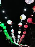 Ljusa ballonger, nattkonst i Brescia arkivbild