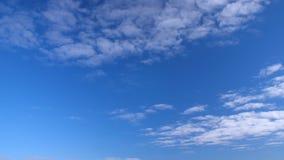 Ljusa blå himmel- och vitmoln som bort svävar Moln som flyger i klar blå himmel stock video