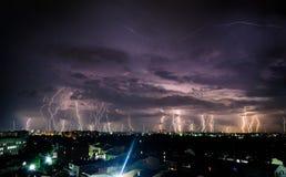 Ljusa blixtar i natthimlen Arkivbilder