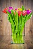 Ljusa blommor i vasen Arkivbilder