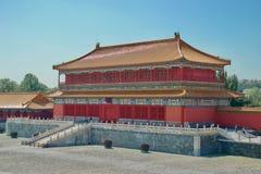 Ljusa briljanta färger på en traditionell kinesisk byggnad i den Forbidden City slottPeking royaltyfri bild