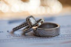 ljusa cirklar för bakgrund som gifta sig white Royaltyfria Foton