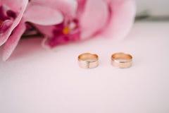 ljusa cirklar för bakgrund som gifta sig white Gifta sig symboler, attribut Ferie beröm Makro blurriness Royaltyfri Fotografi