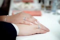 ljusa cirklar för bakgrund som gifta sig white Selektivt fokusera Royaltyfria Foton