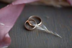 ljusa cirklar för bakgrund som gifta sig white Gifta sig symboler, attribut Ferie beröm Arkivbilder