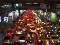 Ljusa cirklar från billyktor för bil` s på defocuse arkivfoto