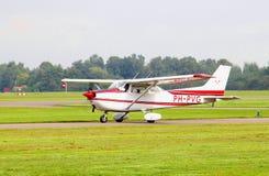 Ljusa det klara Cessna flygplanet tar av, den Teuge flygplatsen, Nederländerna Arkivbild