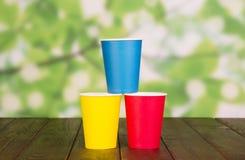 Ljusa disponibla pappers- koppar på abstrakt begreppgräsplan Royaltyfria Foton