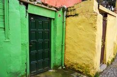 Ljusa färgade hus Fotografering för Bildbyråer
