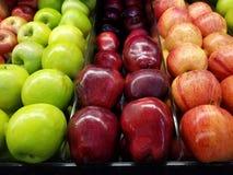 Ljusa färgrika äpplen arkivbild