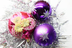 Ljusa färgrika garneringar för jul Arkivfoton