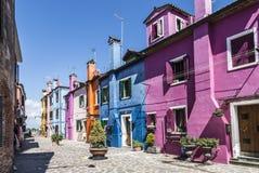 Ljusa färgrika hus på den Burano ön på kanten av den Venetian lagun italy venice Arkivbilder