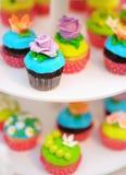 Ljusa färgrika muffin Fotografering för Bildbyråer