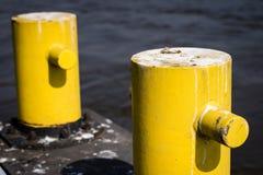 Ljusa förtöja stolpar vid floden Ett ställe för att förtöja ett fartyg förbi Royaltyfria Bilder