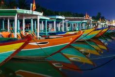 Ljusa fartyg med reflexioner på vattnet Royaltyfria Bilder