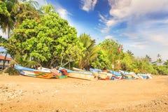 Ljusa fartyg på den tropiska stranden av Bentota, Sri Lanka Royaltyfria Foton