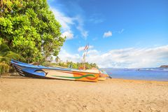 Ljusa fartyg på den tropiska stranden av Bentota, Sri Lanka Arkivfoton