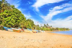 Ljusa fartyg på den tropiska stranden av Bentota, Sri Lanka Royaltyfri Bild