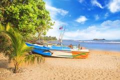 Ljusa fartyg på den tropiska stranden av Bentota, Sri Lanka Royaltyfri Foto