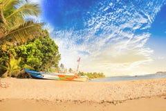 Ljusa fartyg på den tropiska stranden av Bentota, Sri Lanka Arkivfoto