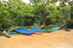 Ljusa fartyg på den tropiska stranden av Bentota, Sri Lanka på en solig dag Arkivbild