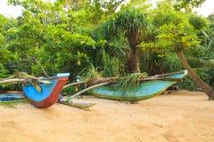 Ljusa fartyg på den tropiska stranden av Bentota, Sri Lanka på en solig dag Royaltyfria Foton