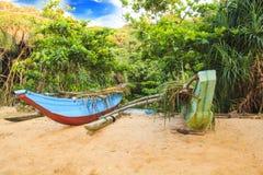 Ljusa fartyg på den tropiska stranden av Bentota, Sri Lanka på en solig dag Royaltyfri Fotografi