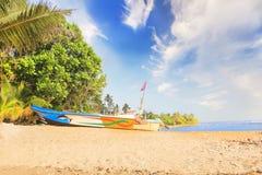 Ljusa fartyg på den tropiska stranden av Bentota, Sri Lanka på en solig dag Arkivfoto