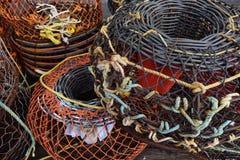 Ljusa fiskekorgar på hamnplatsen fotografering för bildbyråer