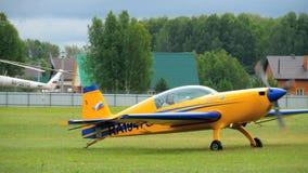 Ljusa flygplan EX-360 på flygfält lager videofilmer
