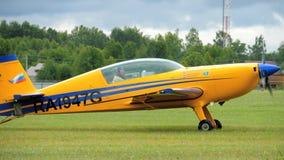 Ljusa flygplan EX-360 på flygfält arkivfilmer