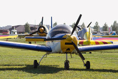 Ljusa flygplan på flygfältet Arkivbild