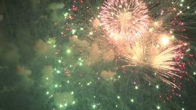 Ljusa fyrverkerier som upp tänder himlen arkivfilmer