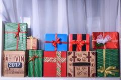 Ljusa gåvor med pilbågar som isoleras på vit Royaltyfria Foton