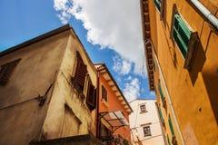 Ljusa gamla bygganden på den italienska gatan royaltyfria bilder